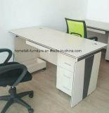 コンピュータの机の白い事務机のIth CPUのカート