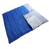 キャンプしている2人枕新しく巨大な二重寝袋をハイキングする