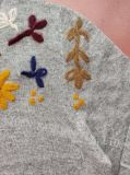 女性秋の冬の円形の首はArmholeの長い袖手の刺繍パターンプルオーバーの暖かいセーターでセットした