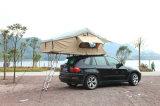 屋外の冒険の屋根の上のテント