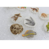 Sacudiendo y encontrando jugar con los pedazos del dinosaurio