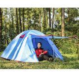 旅行テントをハイキングする屋外グループのキャンプハンチング