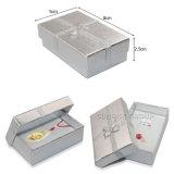 銀製のルビー色のサファイアはペーパーボール紙の包装のギフトの宝石箱を飾る