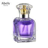 A cor-de-rosa do inclinação anunciou o frasco de perfume de cristal para mulheres