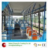 Sedi di plastica per il bus senza coperchio facente un giro turistico della città