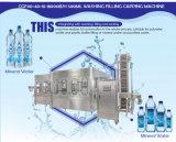 Машина минеральной вода заполняя разливая по бутылкам