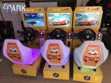 """22人の"""" LCDの子供はシミュレーションのアーケードのレースカーを追い越す"""