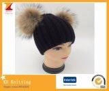 Due fiocchetti della pelliccia del Raccoon hanno lavorato a maglia il cappello