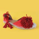 La nappa delle donne rossa merletta in su i sandali della scarpa di tela degli appartamenti delle scarpe di tela