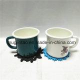 Enamelwareのティーカップはコースターのコップのマットが付いている昇進のギフトのコーヒーカップによってセットした