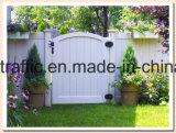 Cerca del vinilo de la yarda con la puerta de la cerca