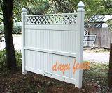 Haut de la vie privée de jardin en plastique avec haut de la clôture en treillis