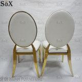 Современное здание белого цвета столовой за круглым столом с кожаными стульями назад подушки сиденья