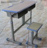 木かプラスチックの学校家具の机そして椅子
