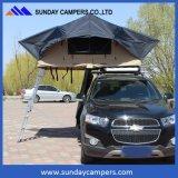 Barracas de acampamento do telhado sobre o carro
