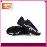 Le football neuf en gros d'hommes de mode chausse des chaussures de sports