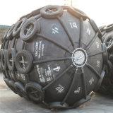 El barco y muelle neumático de protección de los guardabarros