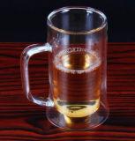 La taza grande de la cerveza de la pared del doble de la capacidad modifica la taza de la cerveza para requisitos particulares de la insignia con la maneta