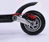 접힌 전기 기동성 모터 스쿠터를 균형을 잡아 각자