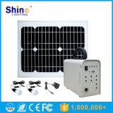 Mini sistema de la energía solar con los bulbos y el cargador del teléfono móvil