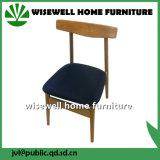 黒いシートのパッドが付いている椅子を食事しているカシ