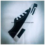 Черный ботинок цвета с классическими шнурком и подошвой