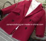 折りえりによって厚くされる女の子の毛織のコートの子供の衣服