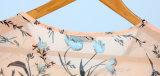 包帯が付いている夏のTrendyladyの衣類のひだによって印刷される上