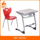 鉛筆の表および椅子は単一の机及び椅子を修復した