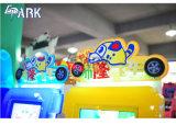Дети во время движения автомобиля Simulator Arcade Racing Car игры машины