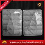 白く使い捨て可能な航空会社の表面熱いタオル