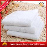 O profissional personaliza toalhas de banho do logotipo para o hotel