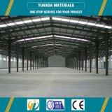 Long entrepôt de construction de structure métallique d'envergure, atelier