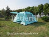 كبيرة يطوي خيمة لأنّ أسرة يخيّم