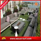 屋外の人工的なプラスチック草の庭の床の敷物の泥炭