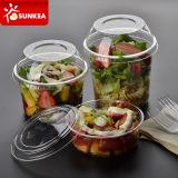 مستهلكة طعام يعبّئ فنجان بلاستيكيّة