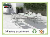 白い織物が付いている椅子を食事する屋外の家具