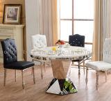 椅子が付いている丸型の黒の大理石のダイニングテーブル