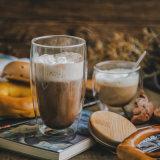 木製のコルクの高いホウケイ酸塩ガラスのコップが付いているコーヒーカップ
