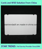 Cartão fora do padrão de três em uma placa de perfuração com tarja magnética