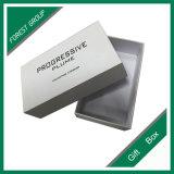 Boîte en carton blanche avec l'impression noire de logo