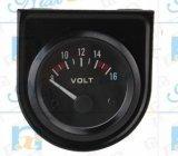 車の黒いダイヤルの自動表示電圧計のメートル