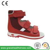 苦痛のフィートのサンダルを防ぐための子供の靴革のサンダル