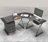 Стеклянный угловойой стол компьютера в домашнем офисе
