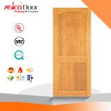 Внешняя деревянная дверь комнаты входа