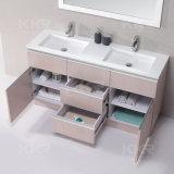 キャビネットが付いている浴室のテーブルの上の洗面器