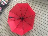 سيّارة أحمر مفتوحة وسيّارة مظلة قريبة