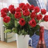 Le rose rosse reali della seta artificiale di tocco comerciano