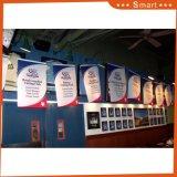 カスタムビニールの旗を広告するポスター印刷サービスの屋外の壁