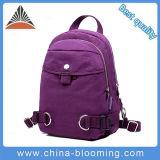 소녀는 옥외 자주색 형식 여가 어깨에 매는 가방을 훈련한다